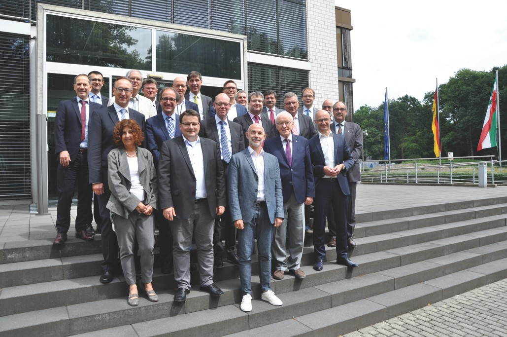 A group photo of the members of the board of trustees of Fraunhofer IMS.